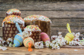 Easter eggs, flowers and cake — Stock Photo