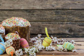 Easter eggs, flowers and cake — Foto de Stock