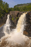 Velkolepé vodopády na slunečný den — Stock fotografie