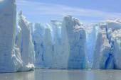 Blue Ice Columns on the Water — Stock Photo