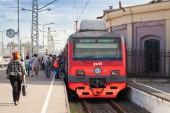 St. petersburg, Rusko - srpen 23, 2013: moderní příměstské elektrický vlak stojí na nádraží, cestující přejít na platformě — Stock fotografie