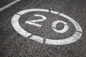 Speed limit road sign on gray asphalt — Stock Photo