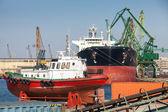Bateau pilote rouge se dresse sur le quai dans le port de varna, bulgarie — Photo