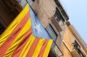 Flag of independent Catalonia hanging on facade of living house  — Stock Photo