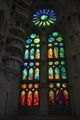 バルセロナ, スペイン - 8 月 27 日 2014年: サグラダ ・ ファミリア - アントニオが設計した印象的な大聖堂のステンド グラスの窓ガウディ — ストック写真