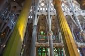 Barcelona, españa - 27 agosto de 2014: interior de la sagrada familia - la impresionante catedral, diseñada por antonio gaudi — Foto de Stock