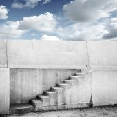 Concrete wall with stairway and blue cloudy sky on background — ストック写真