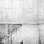 壁に階段と白いコンクリート インテリア — ストック写真