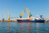 Buque de carga industrial se carga en el puerto de burgas — Foto de Stock
