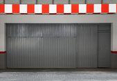 Tom urban inredning med parkering gate och randig gränsen — Stockfoto