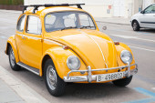 CALAFEL, SPAIN - AUGUST 20, 2014: Yellow Volkswagen Kafer stands parked on the roadside — Foto Stock
