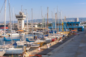 Sailing yachts and pleasure boats stand in port of Varna — Stock Photo