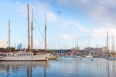 Sailing ships and yachts are moored in Port of Barcelona, Spain — Stockfoto