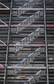 Modern metal scaffolding near the wall of old house — Foto de Stock