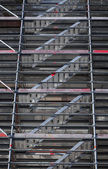 Modern metal scaffolding near the wall of old house — Stock fotografie