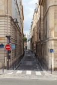 Narrow street perspective, Rue Seguier, Paris, France — Stock Photo