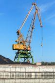 Grote industriële haven kraan staat aan de kust van de rivier in de haven — Stockfoto