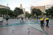 Ordinary people and policemen walking on the placa de Catalunya  — Stock Photo