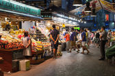 Buyers and sellers of La Boqueria, marketplace in old Barcelona — Stock Photo