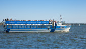 Touristic pleasure boat sails in the harbor of Helsinki — Foto Stock