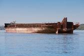 大货驳船停泊在多瑙河上 — 图库照片