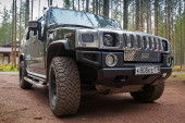 Black Hummer H2 car stands on dirty country road — Stock Photo
