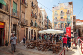 Street view with walking tourists. Tarragona, Spain — Stock Photo