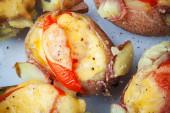 Gebakken aardappel met spek, tomaat en kaas — Stockfoto