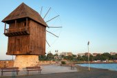 Old wooden windmill on the coast, Nesebar town, Bulgaria — Foto Stock
