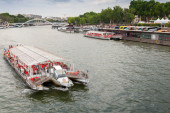 Touristic ship operated by Bateaux Parisiens — Stock Photo