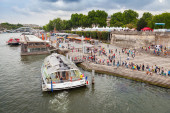 Ship operated by Batobus Paris is moored to the pier — Stock Photo