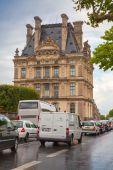 Paris, France. Rainy day, facade of Louvre museum — Stock fotografie