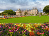 Luxembourg Garden, with Luxembourg Palace facade, Paris — Stock Photo