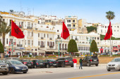 Walking people and parked cars in Tangier — Stock Photo