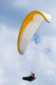 Paraglider in the blue sky with clouds — Photo