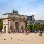 Tourists walk near The Triumphal Arch. Paris, France — Stock Photo #59881945