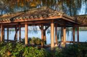 деревянная традиционная китайская вышка на крыше дома на побережье — Стоковое фото