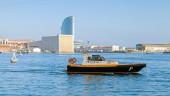 Vista port view with Barcelona pilot boat — ストック写真