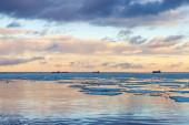 Winter coastal landscape with big ice fragments — Foto de Stock