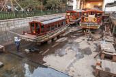 Традиционные китайские деревянные лодки отдыха при реконструкции — Стоковое фото