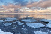 Winter Sea landscape with big ice fragments on water — Stock Photo