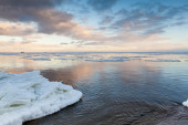 Winter coastal landscape with ice on the beach — Stock Photo