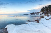 Winter coastal landscape with ice and snow on beach — Stock Photo