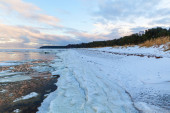Winter coastal landscape with ice and snow on the beach — Stock Photo