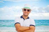 白い帽子と海の海岸にサングラスの男 — ストック写真