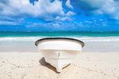 Barca a motore bianco piacere depone sulla spiaggia di sabbia. Vista frontale — Foto Stock