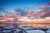 Winter coastal landscape with floating ice on sea and clouds — Stock Photo