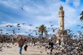 Doves flying near the historical clock tower, Izmir, Turkey — Stock Photo