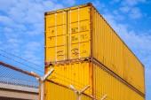 Gele metaal industriële cargo containers zijn gestapeld — Stockfoto