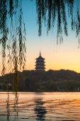 Chinese pagoda on the coast of West Lake — Stock Photo
